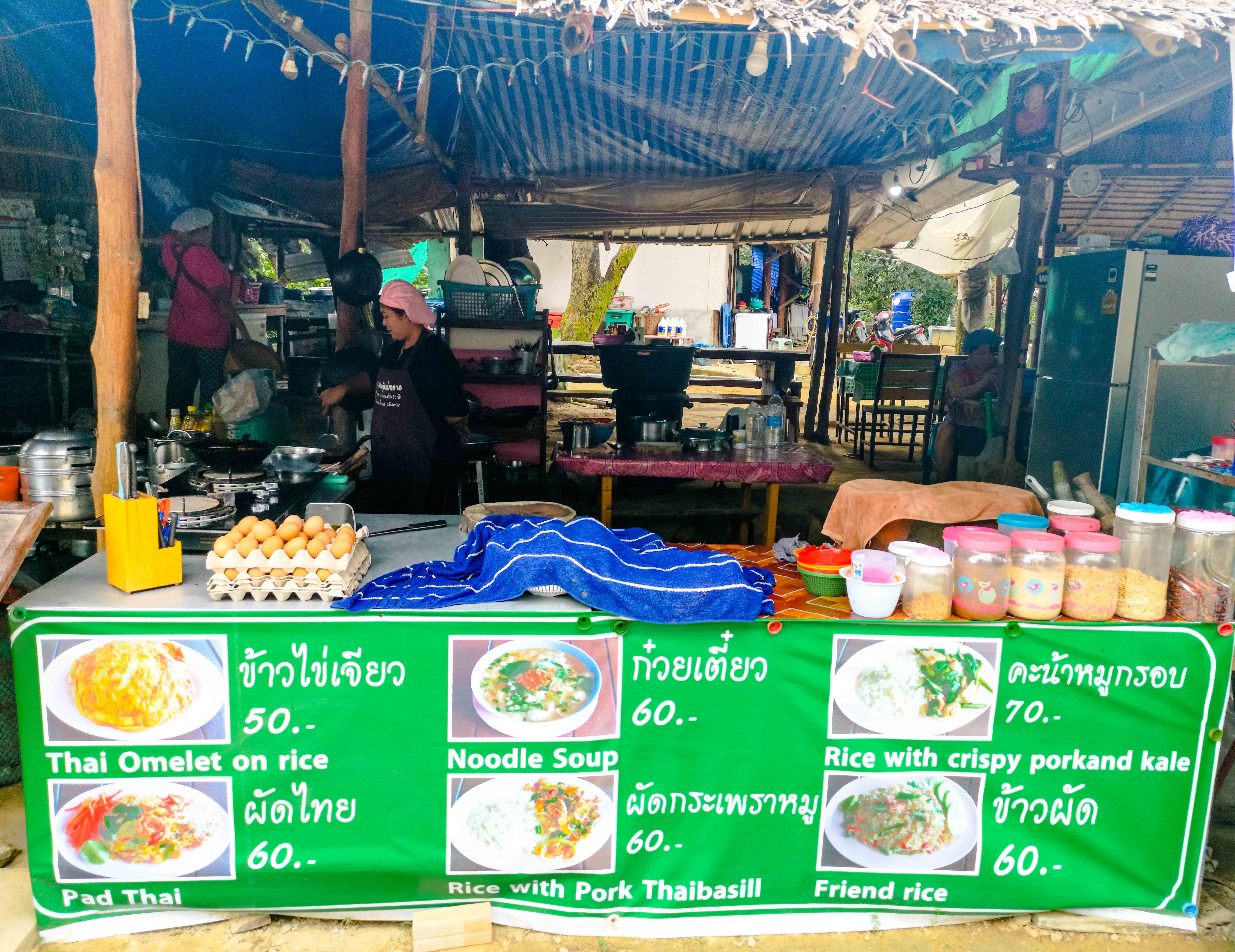 Uriges Straßenbeisl auf Koh Phayam