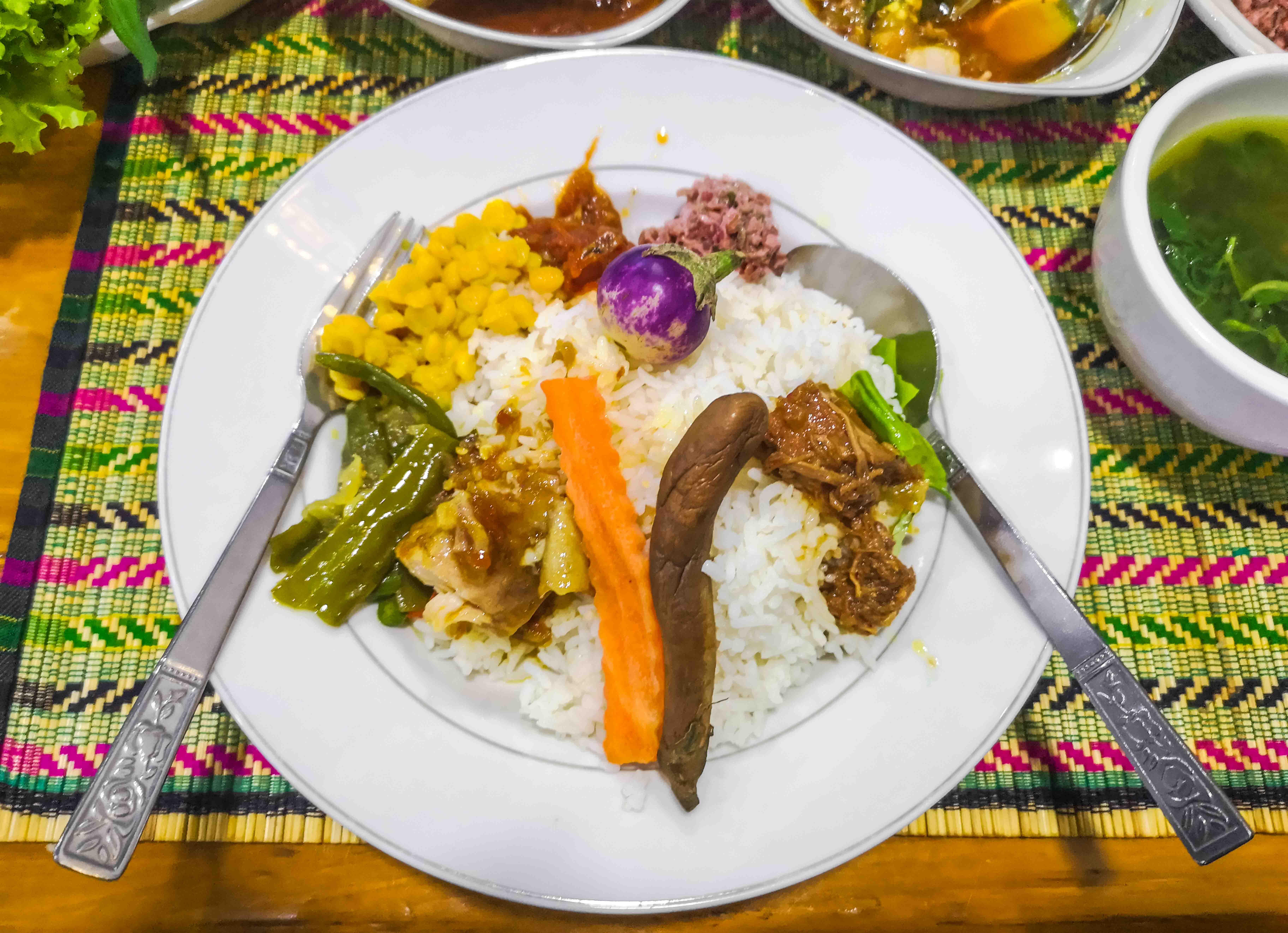 Typisches Abendessen in Mandalay