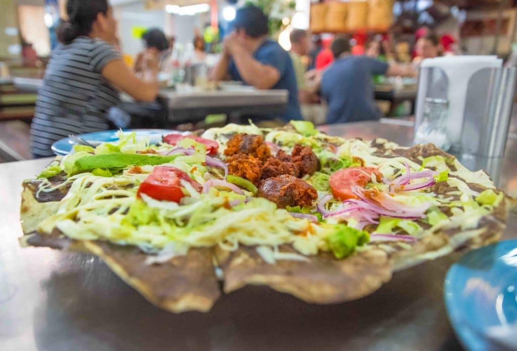 Typisches Essen Oaxaca: Tlayuda