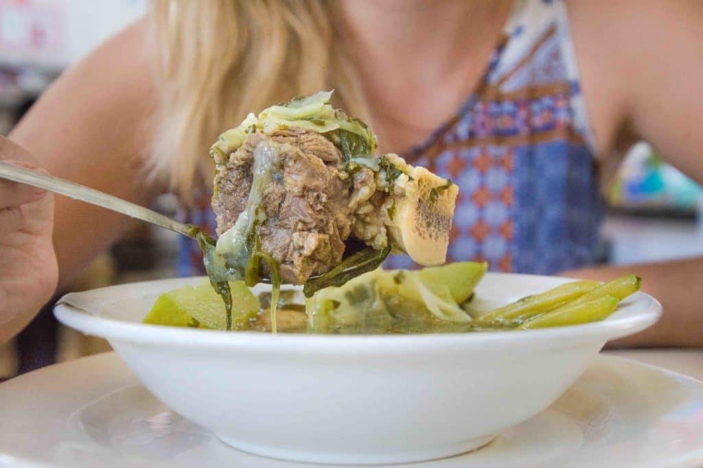Caldo de res mit echtem Rindfleisch, Knochen und Gemüse - wie bei Oma