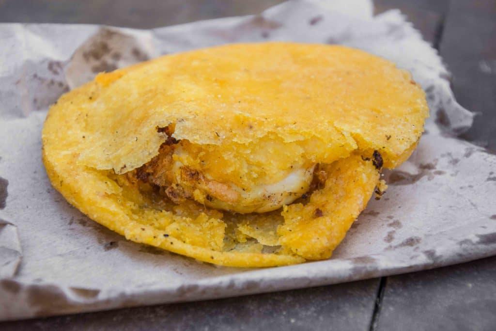 Leckeres Essen in Cartagena: Arepa huevo