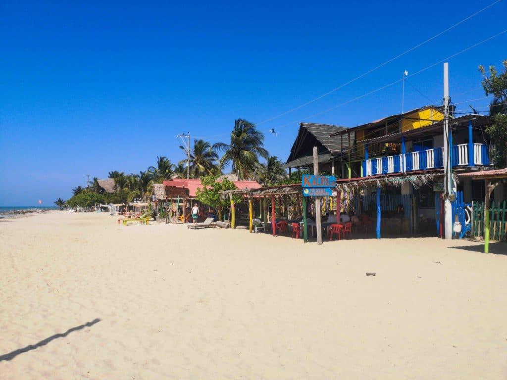 So idyllisch kannst du direkt am Strand speisen