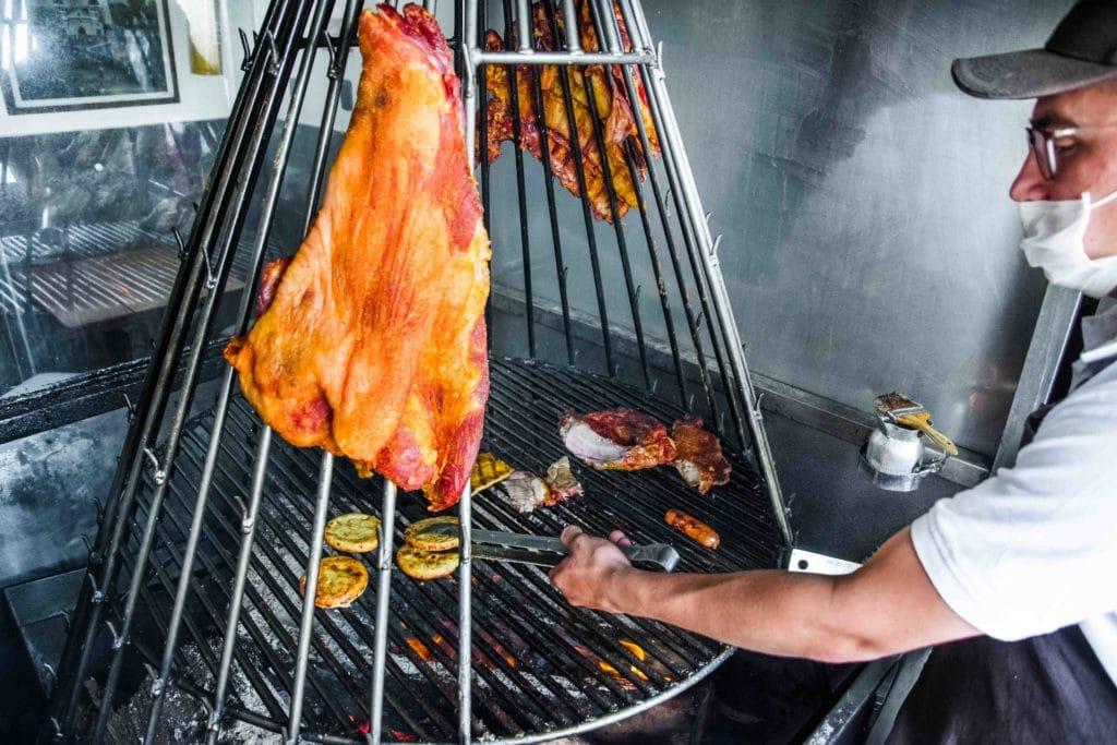 So wird in Bogota traditionellerweise das Fleisch gegrillt