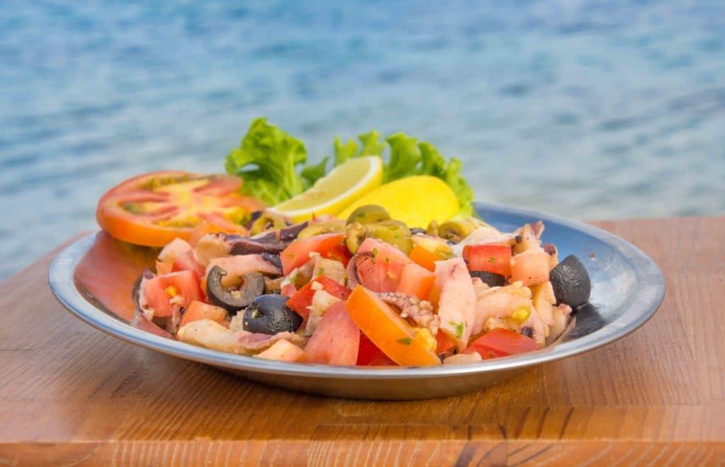 Oktopussalat - leichte kroatische Küche am Meer