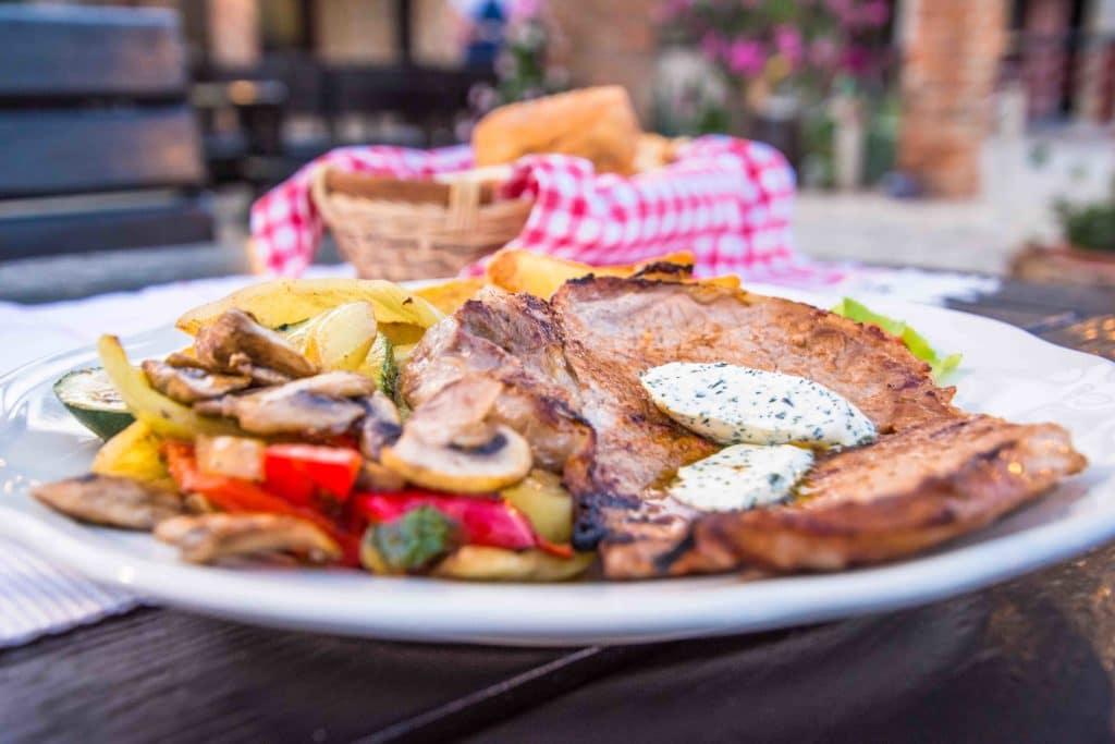 Gegrilltes Fleisch ist typisch für die kroatische Küche