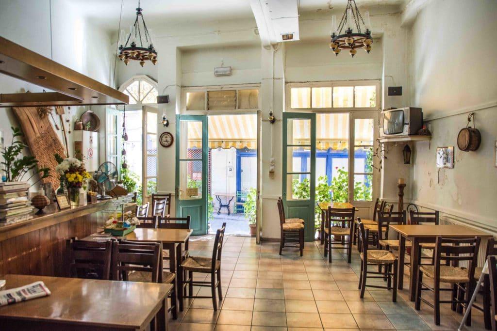 Urige Taverne in dem Bergdorf