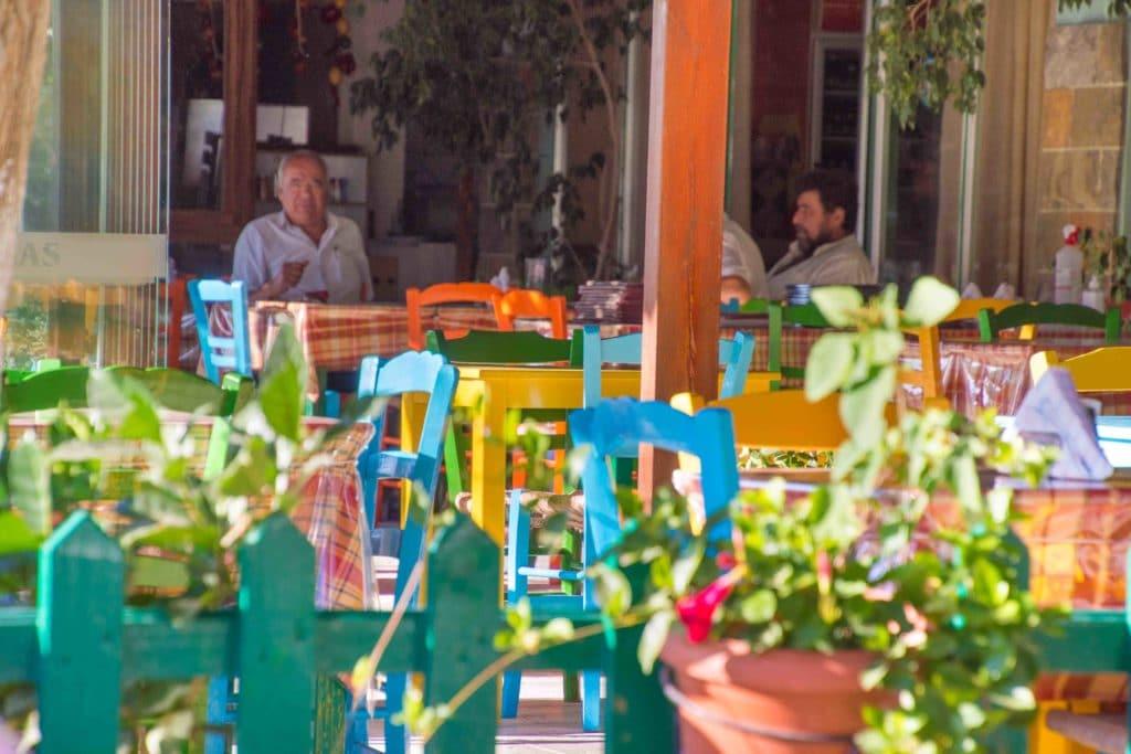 Ein buntes Restaurants auf Kreta