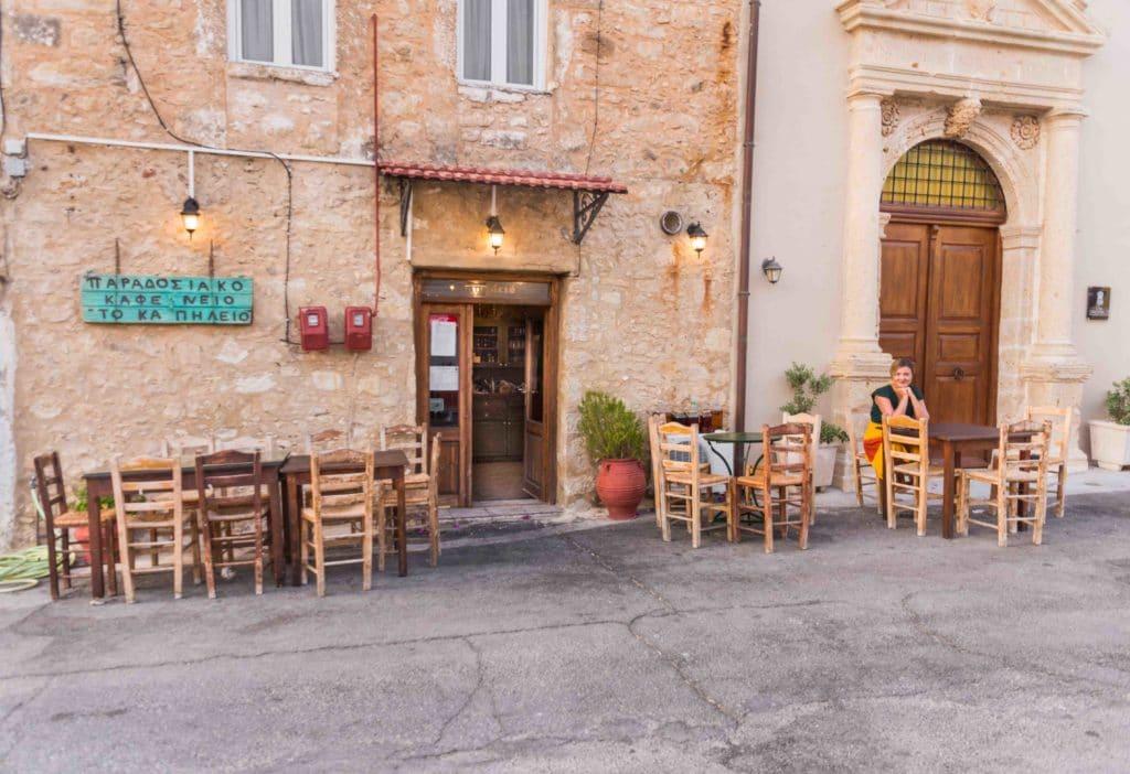 Der Gastgarten in vielen Restaurants auf Kreta ist der Dorfplatz